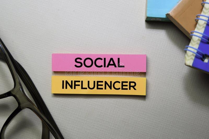 Socjalny Influencer tekst na kleistych notatkach odizolowywać na biurowym biurku obraz royalty free