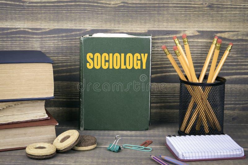 Socjologii pojęcie książka na drewnianym tle zdjęcia stock