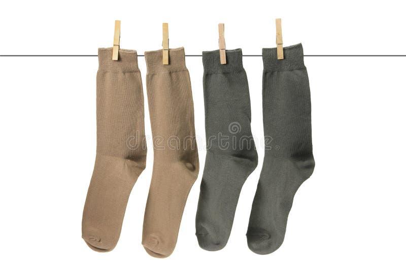 Socken, die an der Wäscheleine hängen stockfotos