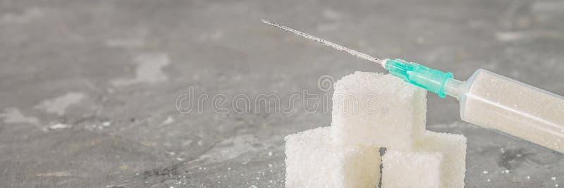 Socker i en injektionsspruta Begreppsmässig återgivning av beroende på sötsaken Socker är en drog Injektion av sötsaker baner arkivfoton