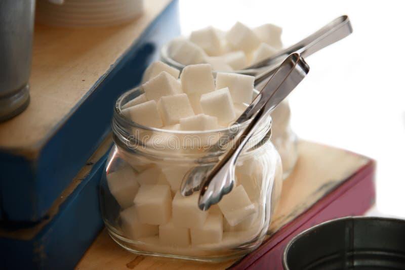 Socker som raffineras i exponeringsglaskrus arkivfoton