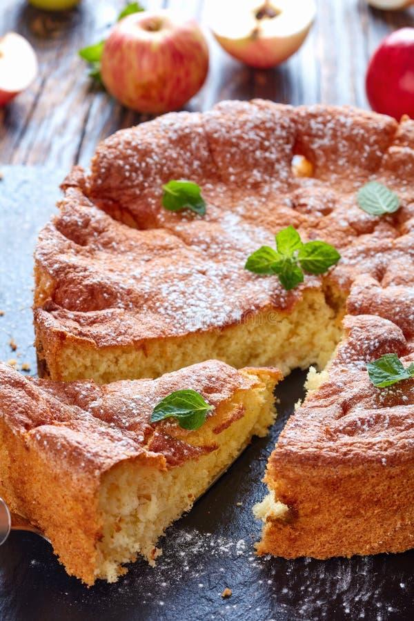 Sockerkaka med kokt äpplefyllning royaltyfria foton