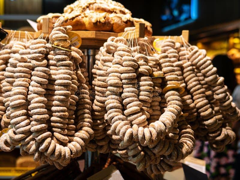 Sockerpackar av baglar på mässan Slut upp av nytt bakad bakelse Föreställa taget på vårmässan i marknaden arkivbilder
