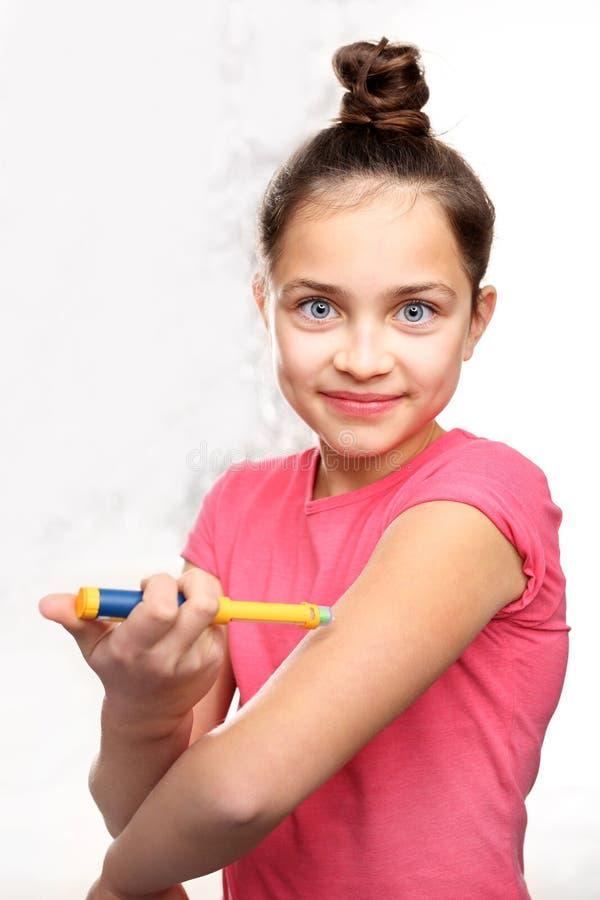 Sockersjuka barntagandeinsulin royaltyfria bilder