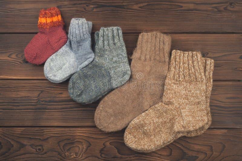 Sockor av olika format är ordnade i stigande beställning, begreppet av familjen, omsorger, värme, det nya året, semestrar, jul arkivbilder