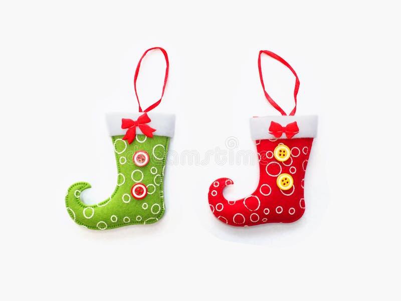Sockor med hängningbandet för jul smyckar garnering arkivfoto