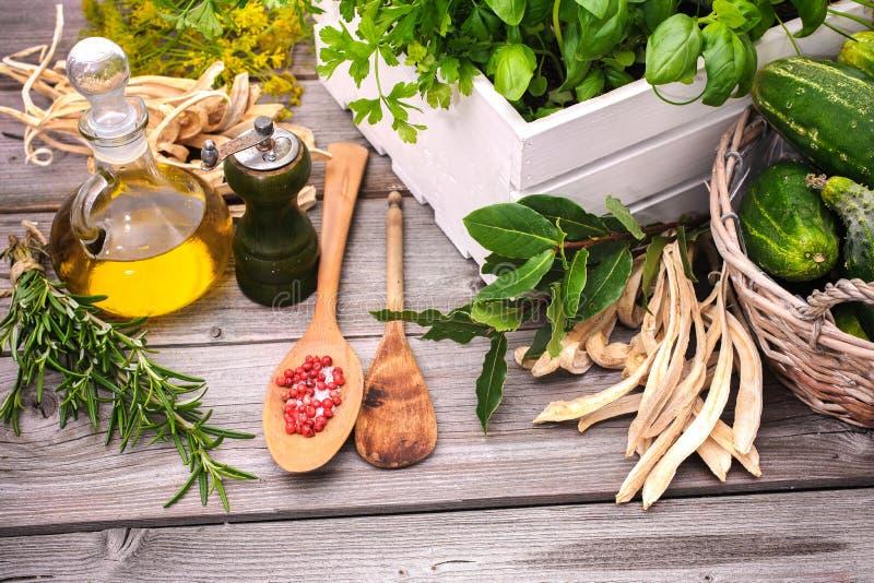 sockrar nuts kryddor för kanelbruna ingredienser för matlagningäggmjöl vanilj royaltyfri fotografi