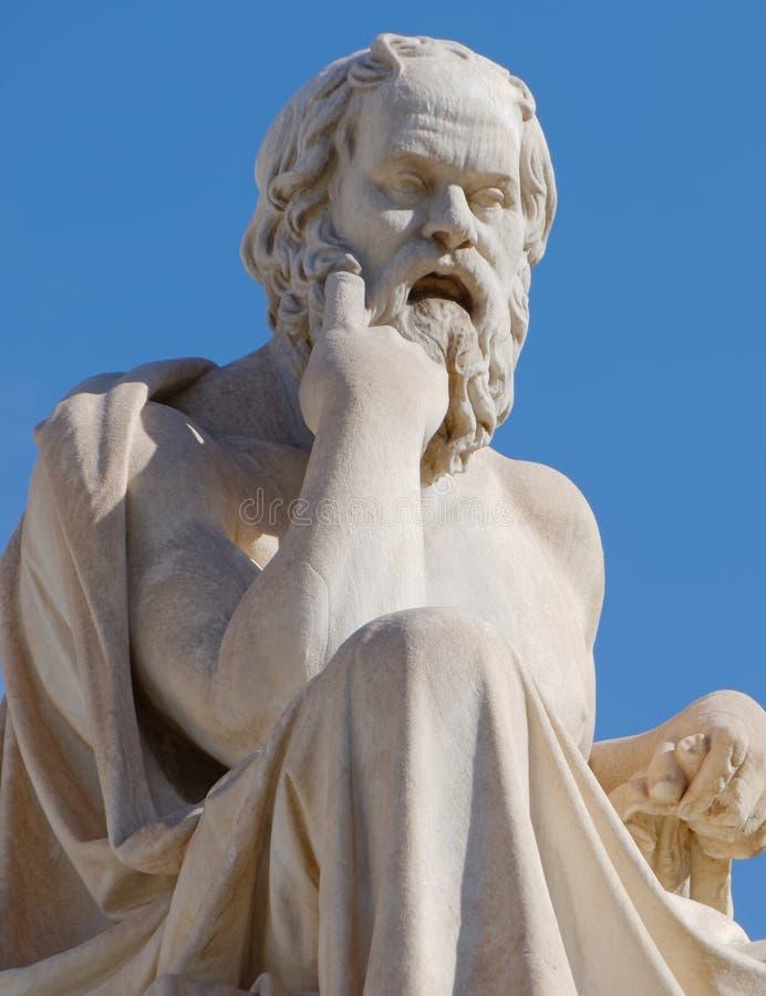 Socrates la statua del filosofo sul fondo del cielo blu immagine stock