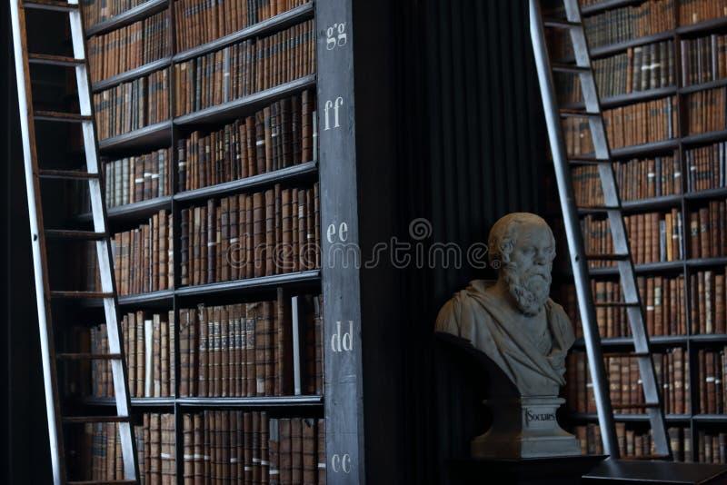 Socrates Sculptures Biblioteca velha no Trinity College, Dublin imagem de stock