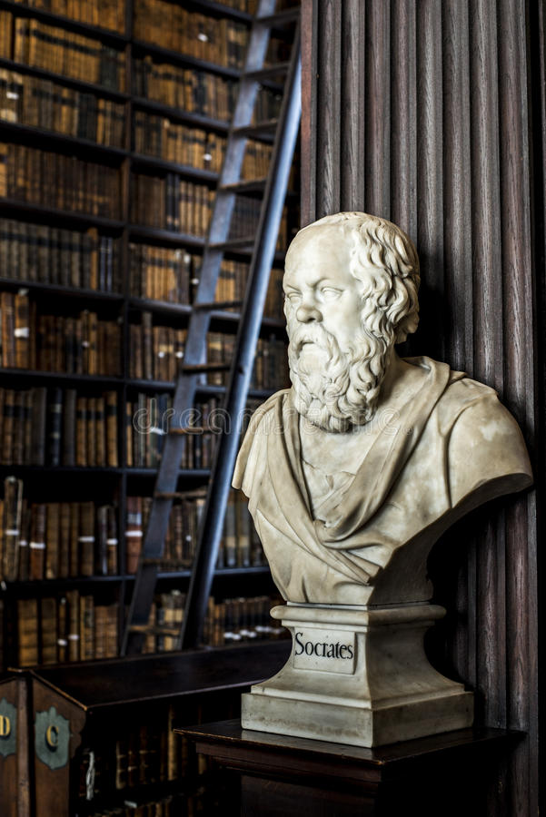 Socrates in una biblioteca misteriosa! fotografia stock