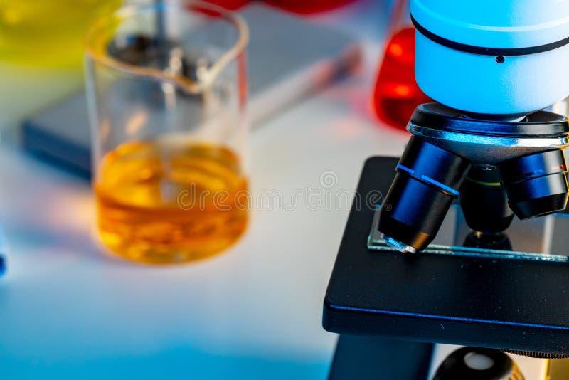 Soczewki mikroskopowe na biurku laboratoryjnym obraz royalty free