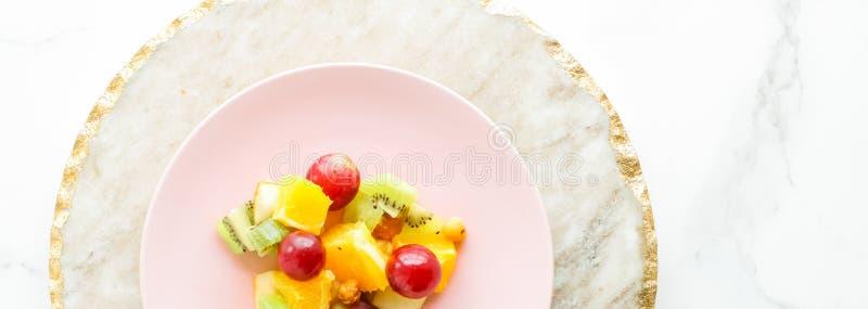 soczyści owocowa sałatka dla śniadania na marmurze, flatlay - dieting i zdrowy styl życia pojęcie zdjęcie royalty free