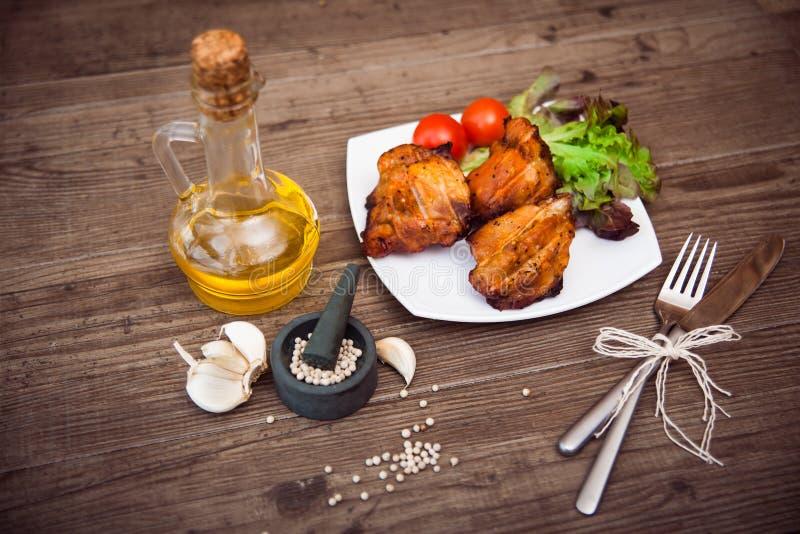 Soczyści piec na grillu wieprzowin polędwicowi słuzyć warzywa, pikantność i obrazy royalty free