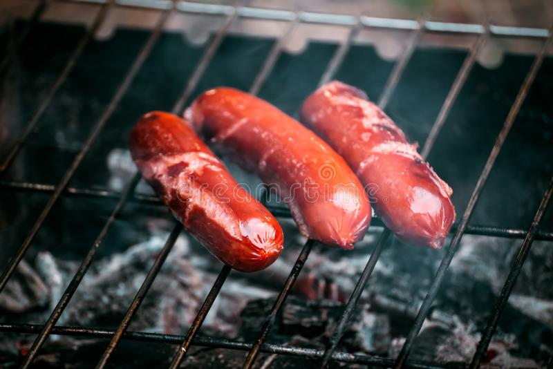Soczyste hot dog kiełbasy gotuje na ogieniu obrazy royalty free