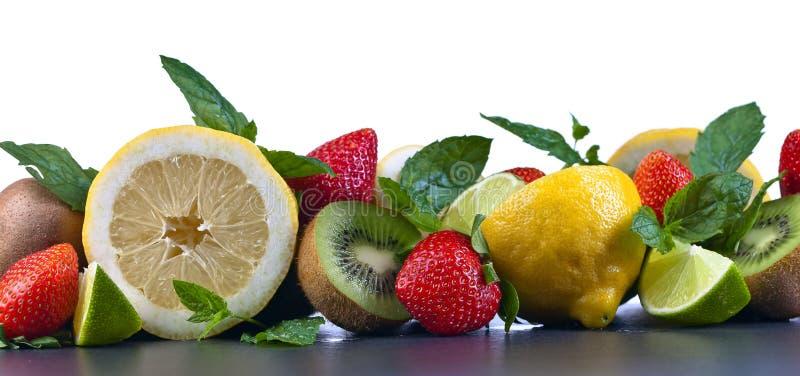 Soczyste owoc i miętówka liście obrazy stock
