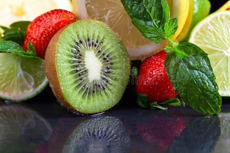 Soczyste owoc i miętówka liście obraz royalty free