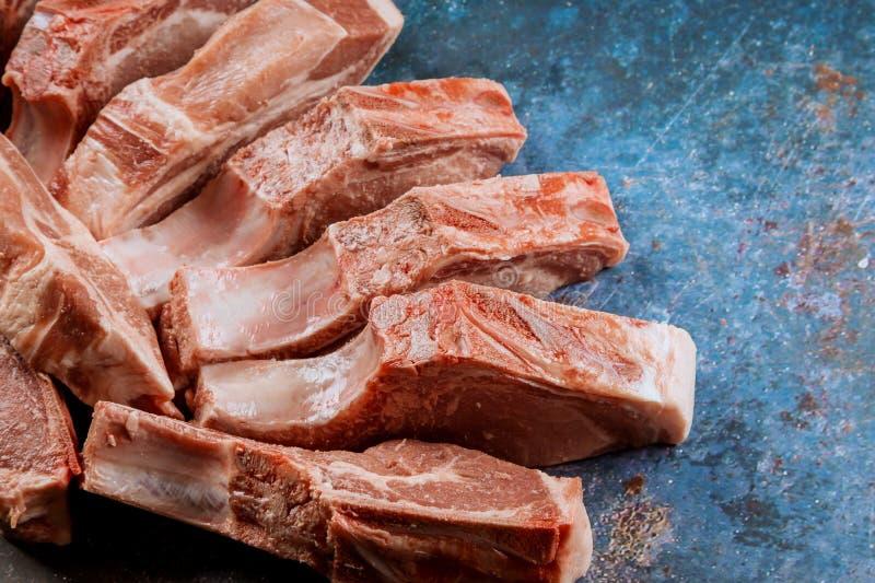 Soczystej kawałka świeżego mięsa wieprzowiny tnąca deska obraz royalty free