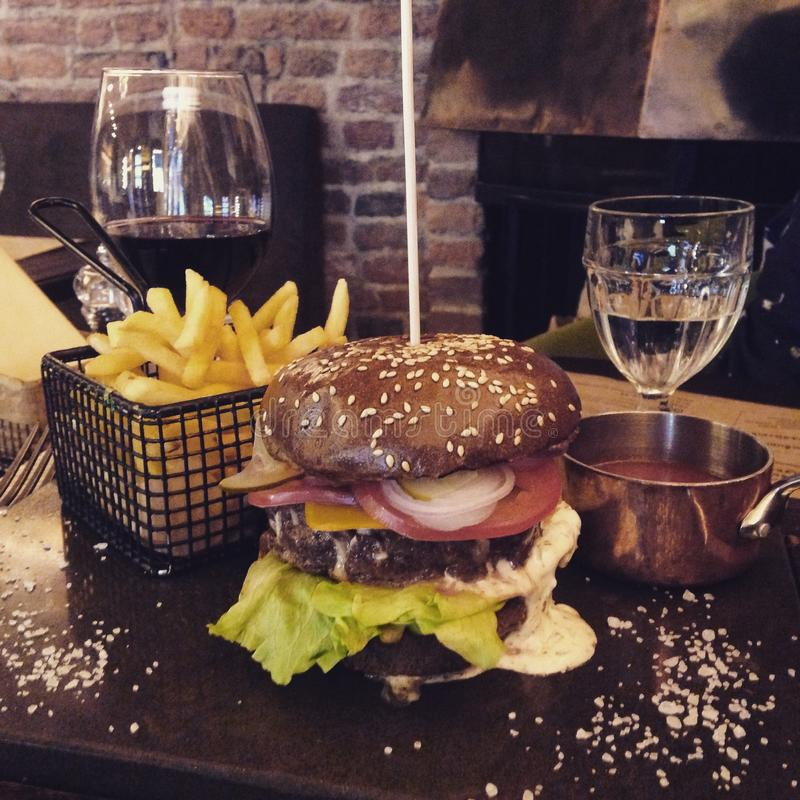 Soczysty hamburger z mięsem, warzywami i serem na stole, obraz stock