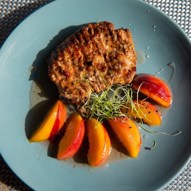 Soczysty piec na grillu indyczy stek z karmelizującą brzoskwinią zdjęcia stock