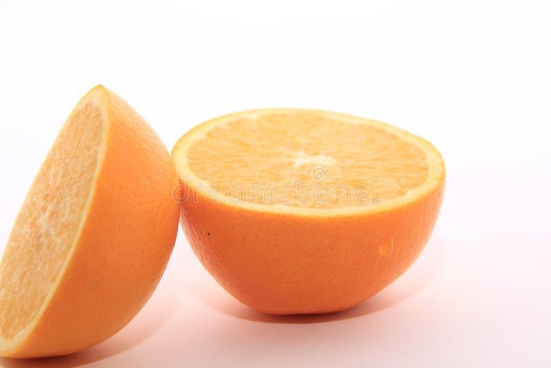 Soczysty pomarańcze cięcie w połówki na białym tle obrazy royalty free