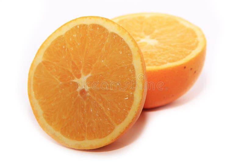Soczysty pomarańcze cięcie w połówki na białym tle obraz royalty free