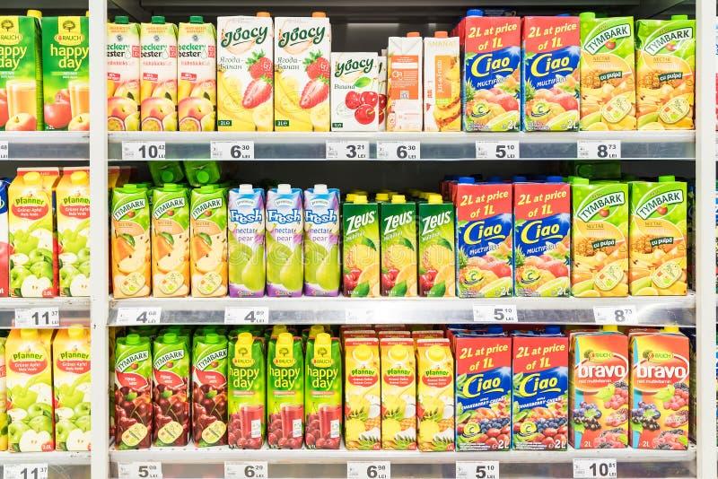 Soda anaranjada Juice Bottles On Supermarket Stand fotos de archivo