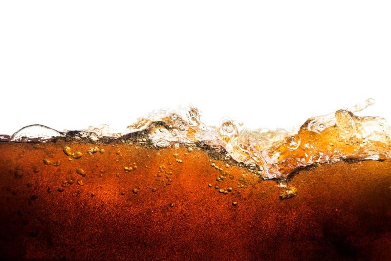 Soda de la cola con las burbujas chispeantes aisladas en blanco foto de archivo