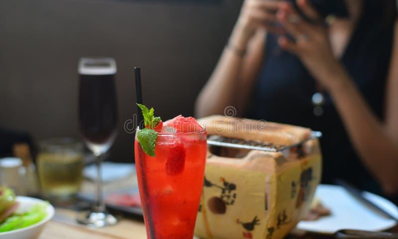 Soda de la fresa con la hierbabuena en el top imagen de archivo libre de regalías