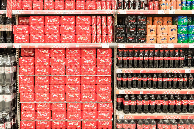 Soda-Getränke auf Supermarkt-Stand lizenzfreie stockfotografie