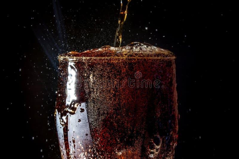 Soda groot glas, overlopend glas van sodaclose-up met bellen die op zwarte worden geïsoleerd royalty-vrije stock afbeelding