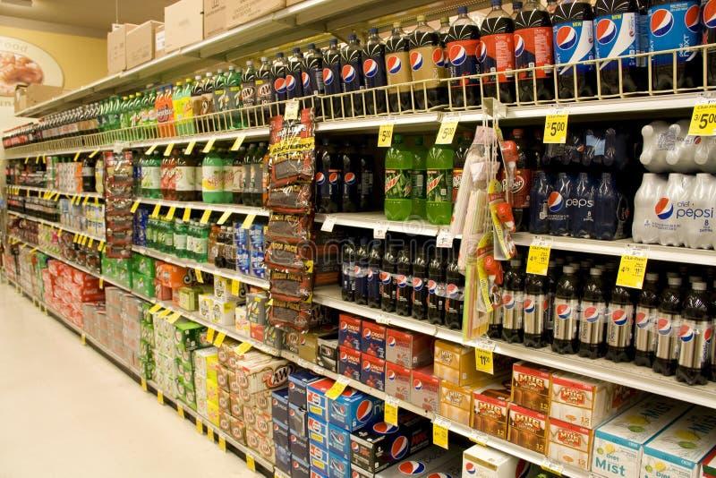 Soda's in supermarkt stock foto's