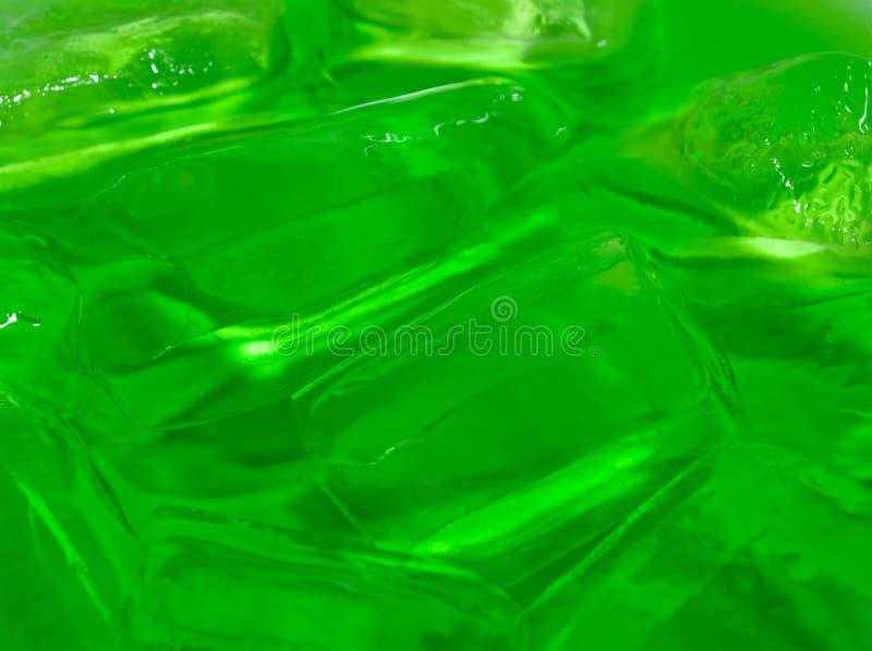 Soda verde com fundo derretido do gelo fotografia de stock royalty free