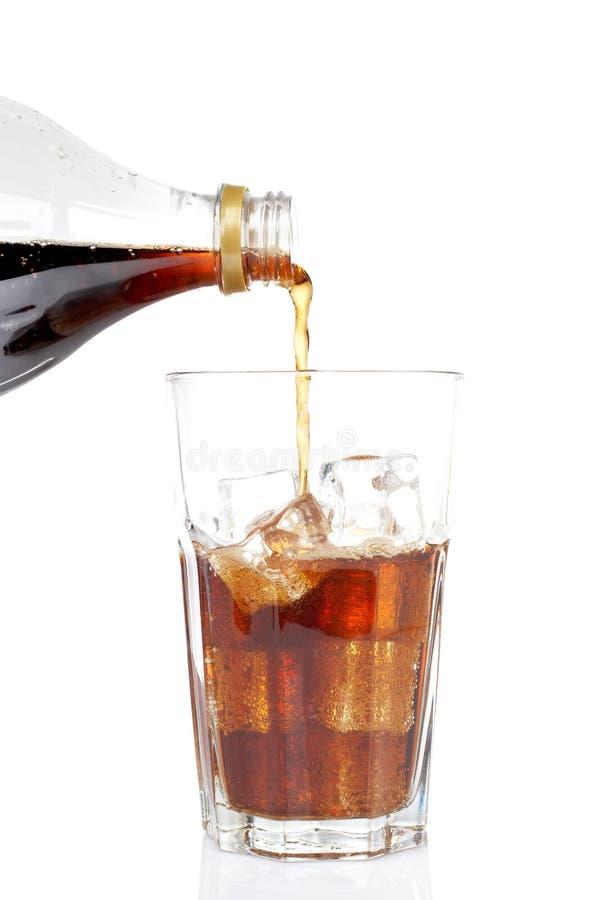 Soda versata in un vetro immagine stock
