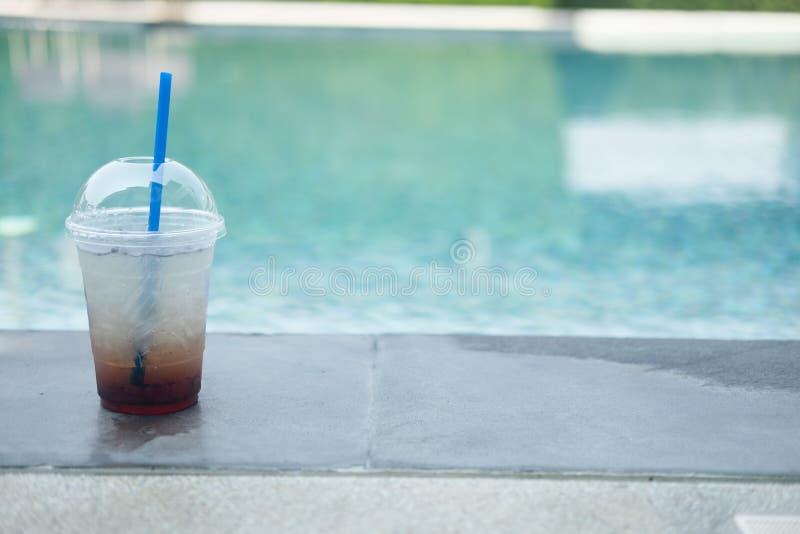 Soda z lodem przy krawędzią basen fotografia stock