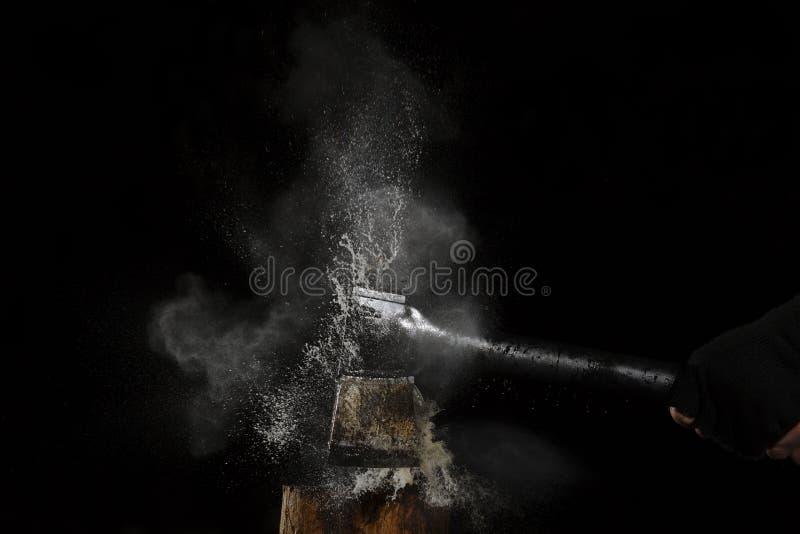 Sodacan che esplode dietro l'ascia fotografia stock