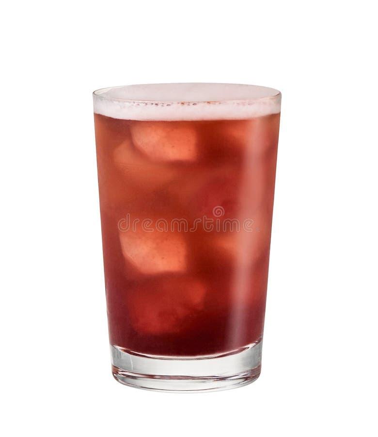 Sodavatten i exponeringsglas med iskuber på vit arkivbild