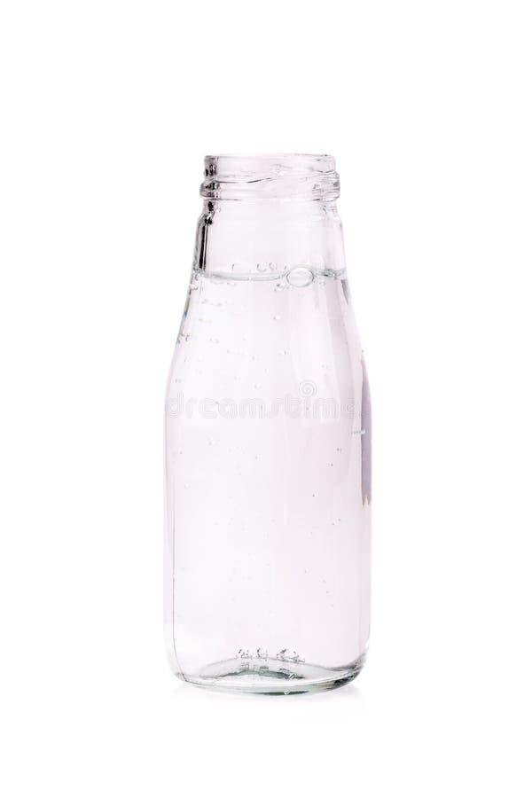 Sodawasser in der Glasflasche getrennt auf weißem Hintergrund stockbild