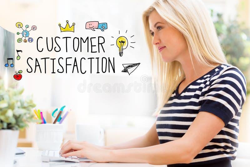Soddisfazione del cliente con la giovane donna felice davanti al computer fotografia stock libera da diritti
