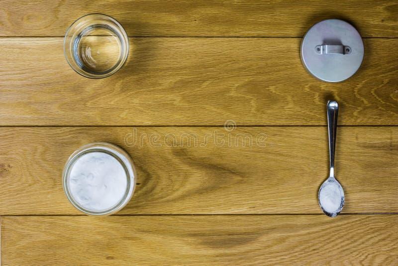 Sodium dwuwęglan na drewnianym tle zdjęcie royalty free