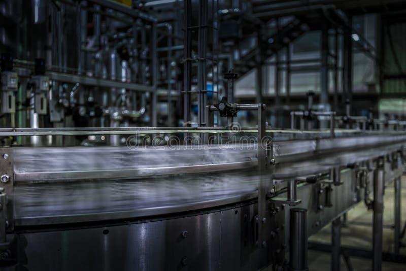 Sodowane puszki przechodzić z prędkością na fabryce wykładają obraz royalty free