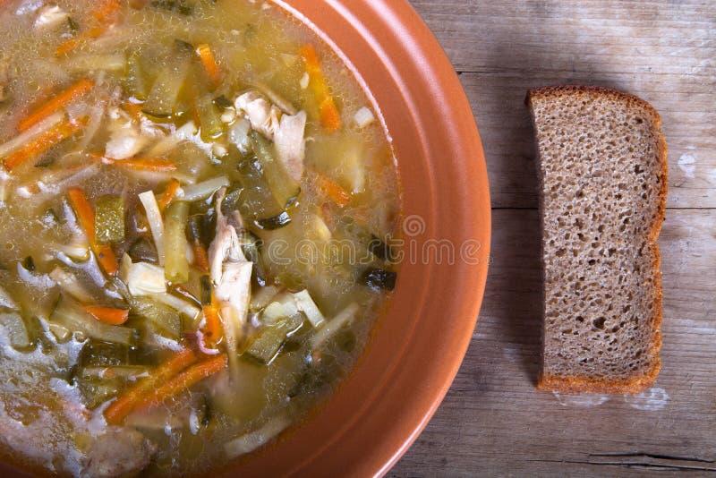 Soep in een plaat met een brood op een raad stock foto