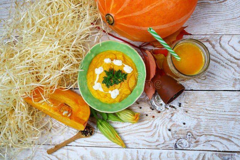 Soep in een pompoen met verschillende pompoenen voor de herfstdiner op een houten achtergrond, Smoothies Het concept van de herfs royalty-vrije stock fotografie