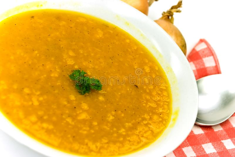 Soep - hete pot van groene erwt, wortelen en pompoen stock foto