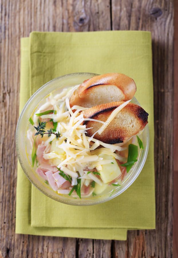 Soep met kaas en ham royalty-vrije stock afbeelding