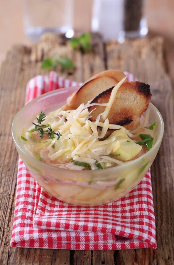 Soep met kaas en ham stock afbeelding
