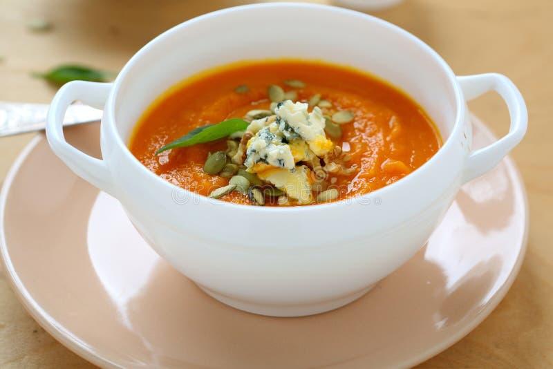 Soep met pompoen en gorgonzola stock afbeelding