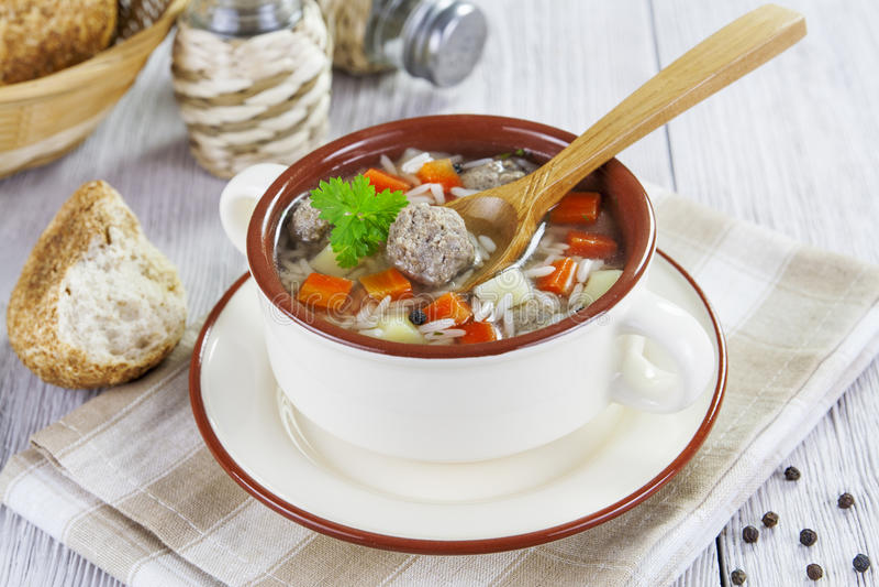 Soep met vleesballetjes en rijst stock afbeeldingen