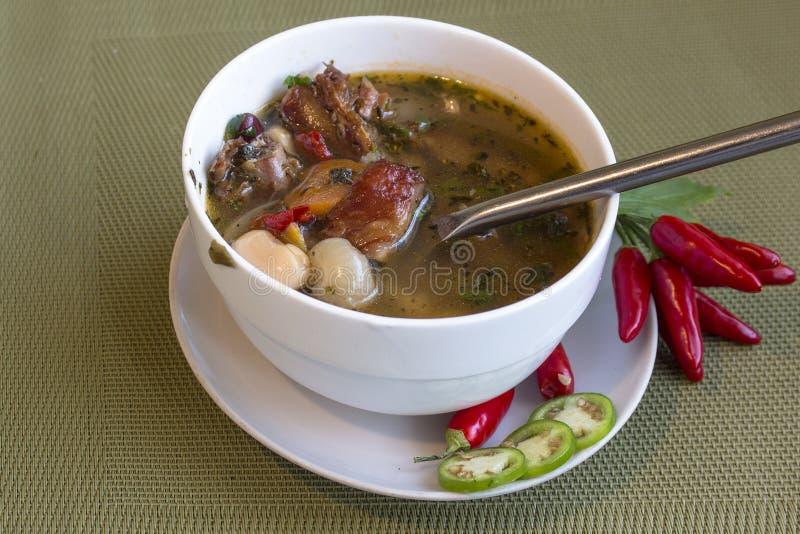 Soep met witte en rode bonen en gerookte varkensvleesribben Met Spaanse pepersaccent stock fotografie