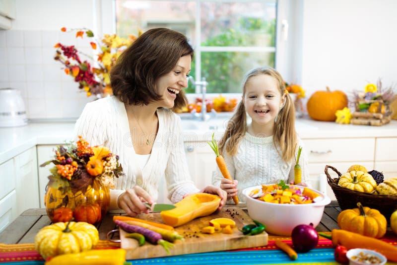 Soep van de familie de kokende pompoen voor Halloween-lunch royalty-vrije stock afbeelding