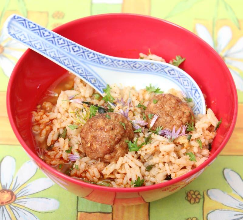 Soep van rijst met vleesballetjes stock foto